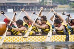 Paddlers de la raza de barco de dragón Fotos de archivo libres de regalías