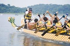Paddlers de la raza de barco de dragón Imagen de archivo libre de regalías