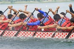 Paddlers del oeste pacíficos de la raza de barco de dragón Fotografía de archivo