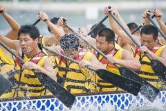 Paddlers della corsa di barca del drago Immagine Stock
