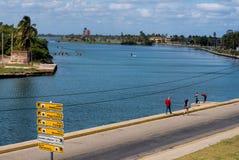 Paddlers et touristes de kayak à Varadero photo stock