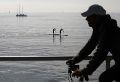 Paddlers przy midday w zatoce palma w wyspie Mallorca obrazy royalty free