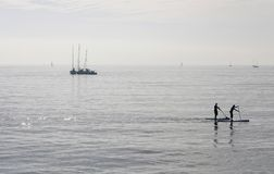 Paddlers przy midday w zatoce palma w wyspie Mallorca obrazy stock