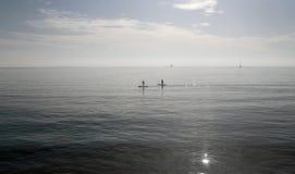 Paddlers przy midday w zatoce palma w wyspie Mallorca zdjęcie royalty free