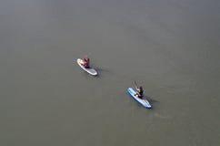 Paddlers sur la rivière Images libres de droits