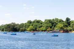 Paddling łodzie przy Wężowatą rzeką, Hyde park fotografia royalty free