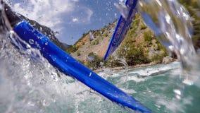 Paddling Przez Białej wody gwałtownych Zdjęcia Royalty Free