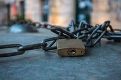 Paddlock z łańcuchem, na powierzchni, outdoors, zbliżenie zdjęcie stock