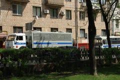 Paddywagons av polisen nära en mötesplats av Arkivfoton