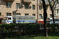 Paddywagons de la policía cerca de un lugar del Fotos de archivo