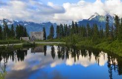 Padeiro Chalet do Mt refletido no lago picture imagens de stock royalty free