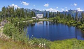 Padeiro Chalet do Mt refletido no lago picture imagens de stock