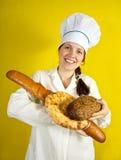Padeiro com as mãos cheias do pão imagens de stock