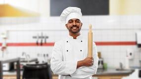 Padeiro com o rolamento-pino na cozinha do restaurante foto de stock royalty free