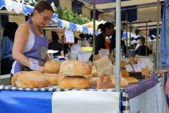 Padeiro do artesão em um mercado dos fazendeiros Fotografia de Stock Royalty Free