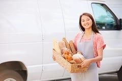 Padeiro fêmea Delivering Bread Standing em Front Of Van Fotos de Stock