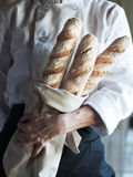 Cozinheiro chefe com Baguette fresco Imagens de Stock Royalty Free
