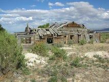 Padeiro próximo home de madeira idoso, abandonado, dilapidado Imagens de Stock