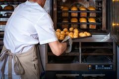 Padeiro que cozinha o pão imagem de stock royalty free