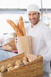Padeiro que mostra a cesta do pão Fotografia de Stock