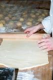 Padeiro que prepara a massa do bolo frito Fotos de Stock Royalty Free