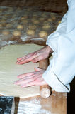 Padeiro que prepara a massa do bolo frito Imagens de Stock