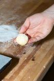 Padeiro que prepara o bolo frito com açúcar Foto de Stock