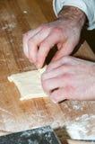 Padeiro que prepara o croissant do chocolate Foto de Stock