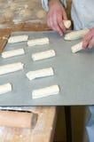 Padeiro que prepara o croissant do chocolate Foto de Stock Royalty Free