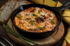 Padella calda con le verdure del bacon dell'omelette su una tavola di legno immagini stock libere da diritti
