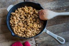 Padella con alimento su una tavola di legno Fotografia Stock