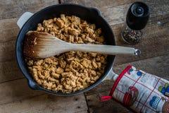 Padella con alimento su una tavola di legno Fotografie Stock