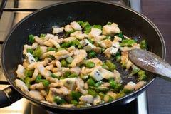 Padella con asparago e carne Fotografia Stock