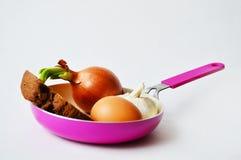 Padella con il germoglio, il pane, l'uovo e l'aglio Immagini Stock Libere da Diritti