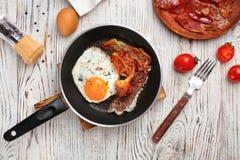 Padella con l'uovo fritto ed il bacon fotografia stock