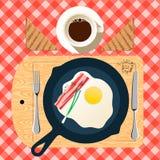Padella della prima colazione con le uova fritte, bacon Fotografia Stock
