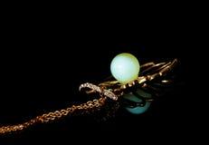 padent自然琥珀色的蜂蜡银的neclace 图库摄影