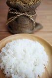 Padie en Gestoomde rijst in plante Stock Afbeeldingen