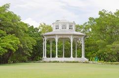 Padiglione bianco nel parco della Tailandia Immagine Stock