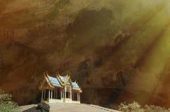 Padiglione blu costruito nella grande caverna immagini stock libere da diritti