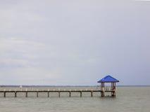 Padiglione blu del tetto nel mare Fotografia Stock