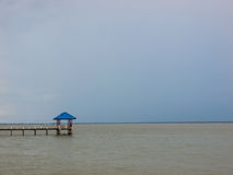 Padiglione blu del tetto nel mare Immagini Stock Libere da Diritti