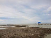 Padiglione blu del tetto sulla riva Fotografia Stock Libera da Diritti