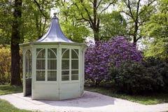 Padiglione del giardino in primavera immagine stock