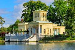 Padiglione del Tsarina recentemente ripristinato in Peterhof Uppe Fotografia Stock Libera da Diritti