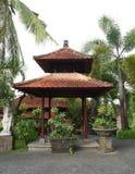 Padiglione di Balinese in giardino Immagine Stock