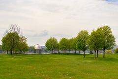 Padiglione di pietra in parco con il onta di Hamilton del prato inglese dell'erba verde degli alberi fotografia stock libera da diritti