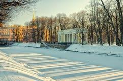 Padiglione di Rossi al giardino di Mikhaylovsky nell'inverno Fotografia Stock Libera da Diritti