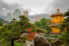 Padiglione dorato in Hong Kong City ed in annuvolamento Immagini Stock