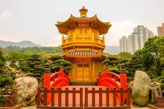 Padiglione dorato in Nan Lian Garden e grattacieli di Hong Kong Immagine Stock